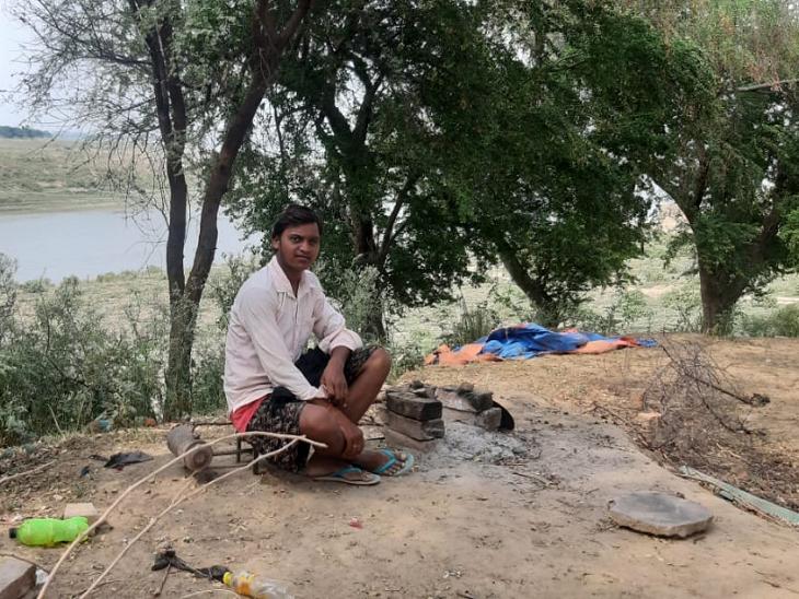 संजीत अपनी मां के कहने पर घर-परिवार से दूर नदी किनारे रह रहे हैं।
