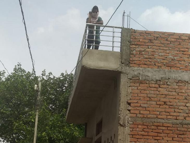 छत पर खड़े शख्स भोला प्रताप वर्मा है। ये भी होम क्वारैंटाइन में हैं।