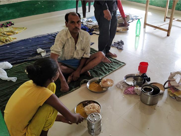 अहमदाबाद से आए पिता के लिए बेटी रोजाना सुबह घर से स्कूल में खाना लेकर आती है। फिर दोनों साथ में ही खाते हैं।