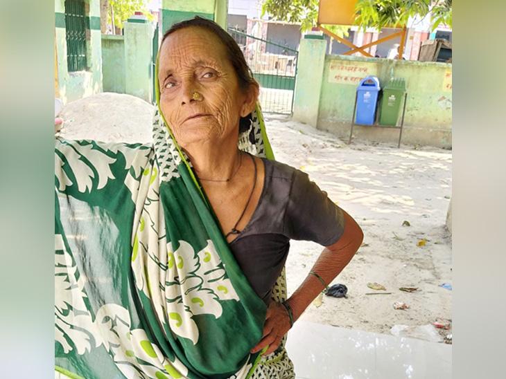 अहमदाबाद से लौटे उदयभान की मां रोजाना घर से खाना बनाकर स्कूल में उसे खिलाने आती हैं, ताकि बेटा भूखे न सोए।