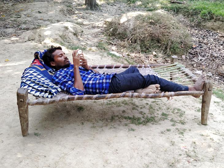 जितेंद्र बंबई से आए हैं। यहीं दिन भर बाग में लेटे रहते हैं और मोबाइल में गाने सुनकर क्वारैंटाइन का समय काट कर रहे हैं।