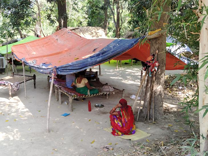 इस तरह बाग में बाहर से आए प्रवासी मजदूर रह रहे हैं। बाग में ही मच्छरदानी और कूलर तक की व्यवस्था भी कर रखी है।