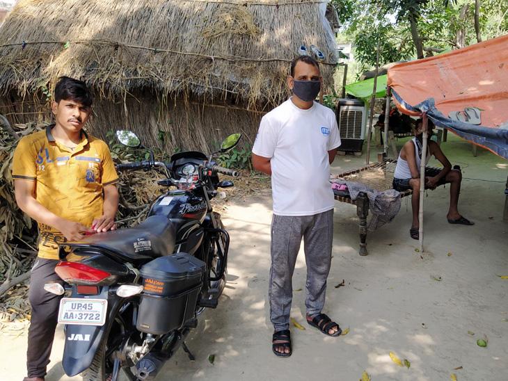 दुर्गेश और उनके साथी मुंबई में रेडिमेड फैक्टरी में काम करते थे, लेकिन दो महीने से सैलरी नहीं मिली तो गांव आ गए।