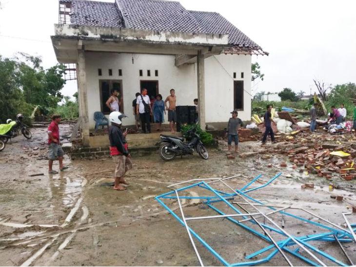 तूफान से तीन गांव के 245 घर बुरी तरह क्षतिग्रस्त हो गए। वहीं, आसपास के इलाकों की बिजली भी चली गई है।