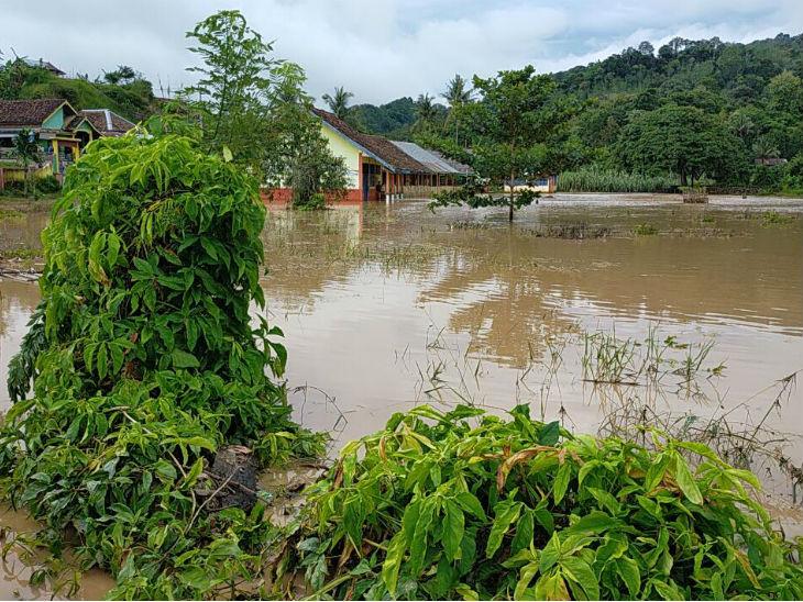 तूफान के बाद निचली बस्तियों में पानी भर गया है। यहां से लोगों को सुरक्षित स्थानों पर भेजा गया है।