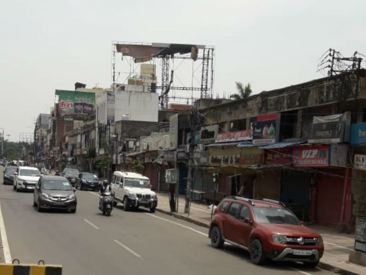 This picture is from the Lanka area of Varanasi. After the relaxation of the lockdown here, the movement of four-wired trains has increased rapidly. All nearby vehicles are seen running on the roads.