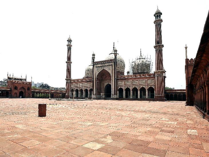यह तस्वीर दिल्ली की जामा मस्जिद की है। रमजान महीने के आखिरी शुक्रवार को यहां कुछ लोगों ने नमाज पढ़ी। बाकी आम लोगों के यह बंद रही। आमतौर पर हर शुक्रवार को यहां 10 हजार लोग इबादत करने पहुंचते हैं।