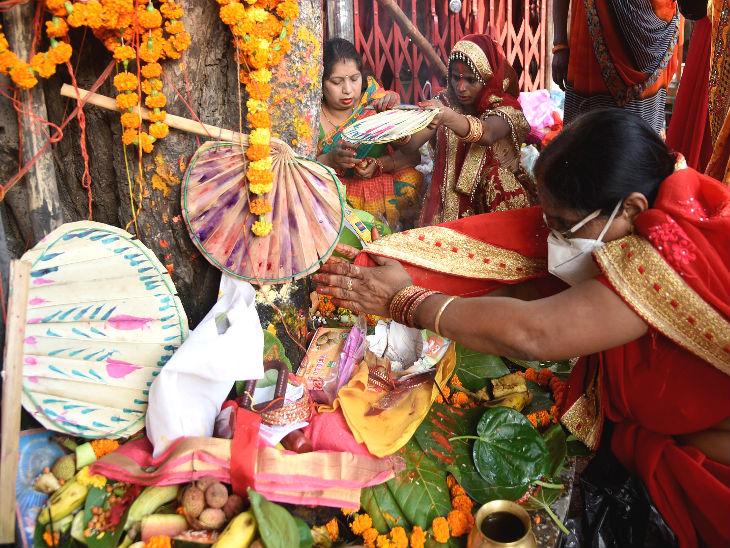 आज वट सावित्री व्रत है। पटना में महिलाओं ने लॉकडाउन के बीच घर से बाहर निकलकर एक साथ पूजा की।