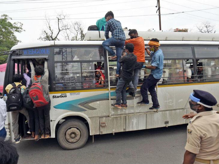 तस्वीर पटना की है। अलग-अलग राज्यों से पहुंचे प्रवासी अपने पैतृक गांव जाने के लिए बस में सीट पाने की जद्दोजहद करते हुए।