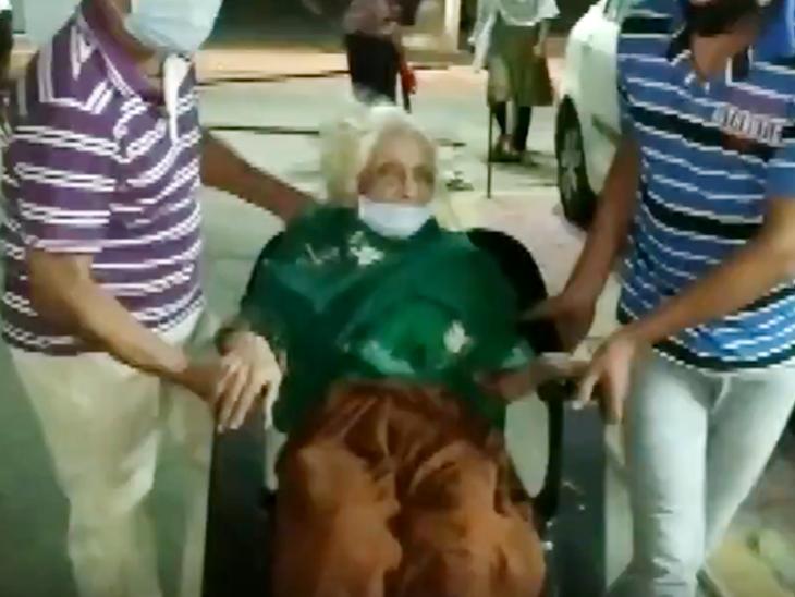 अस्पताल से घर पहुंचने पर पड़ोसियों ने चंदा बाई का स्वागत किया।