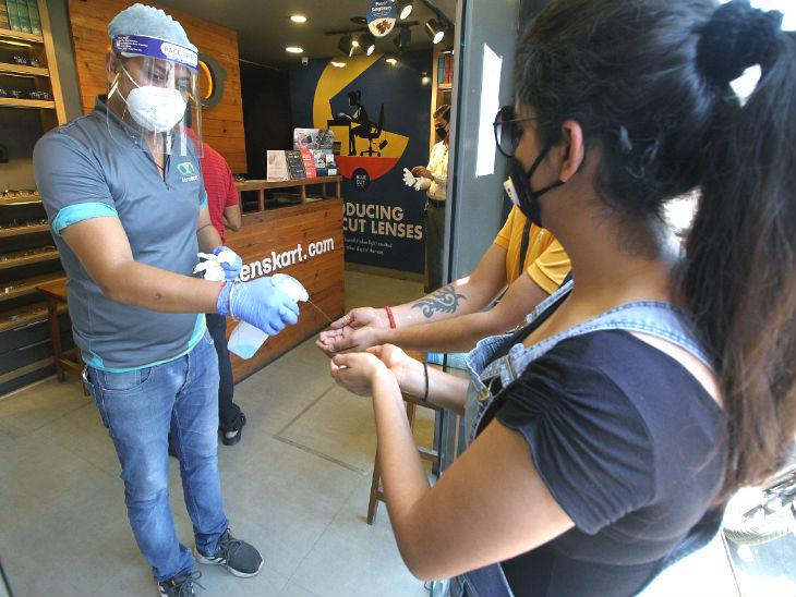 लखनऊ के भूतनाथ मार्केट में यह चश्मे की दुकान है। यहां ग्राहकों को हाथ सैनिटाइज करने के बाद ही अंदर आने दिया जाता है।
