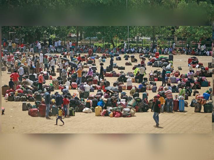 गुरुवार को ट्रेन पकड़ने के लिए मुंबई के महावीर नगर मैदान पर पहुंचे उत्तर प्रदेश के कई प्रवासी मजदूर। सोशल डिस्टेंसिंग के लिए इन्होंने कतार में अपने बैग रखे थे।