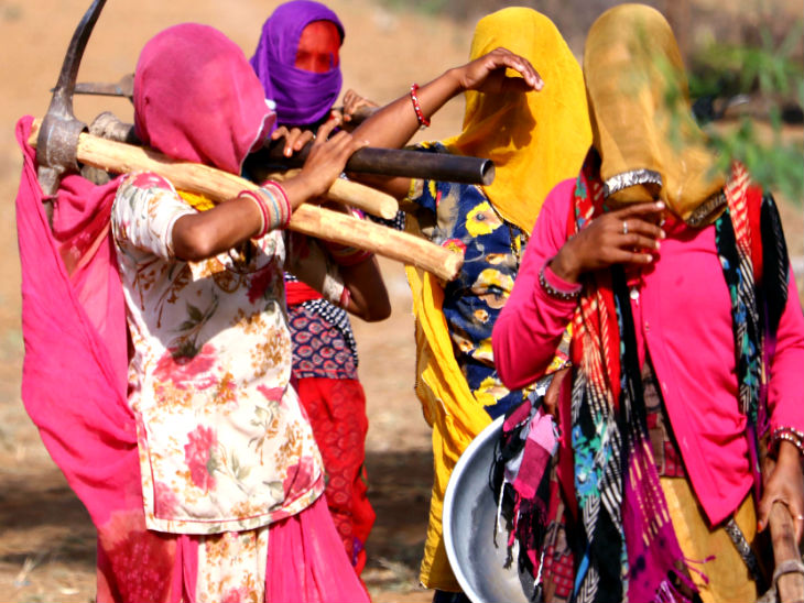 यह तस्वीर अजमेर की है। यहां शुक्रवार को महिला मजदूर मनरेगा के तहत काम पर जाती हुईं।