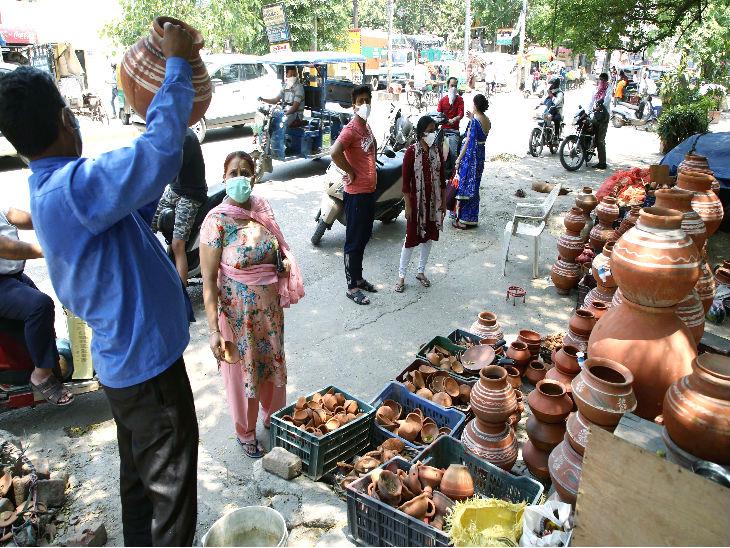 दिल्ली में शुक्रवार को लोग बाजार में मटके खरीदते दिखे। दुकानदार का कहना था कि ग्राहकी शुरू हो गई है।