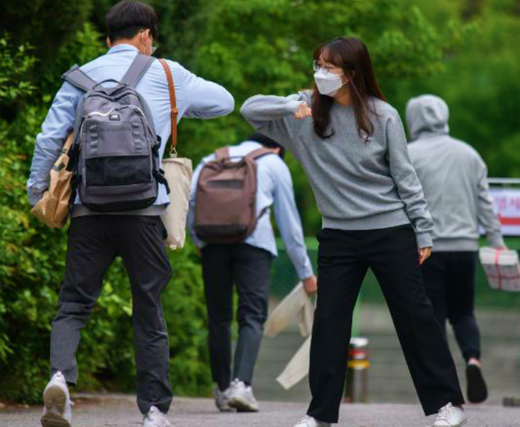 तस्वीर दक्षिण कोरिया की राजधानी सियोल के एक स्कूल की है। दो स्टूडेंट्स कोहनी टकराकर मिल रहे हैं। सियोल के करीब इंचेन में दो छात्र संक्रमित पाए गए थे। इसके बाद 20 मई को खुले स्कूल उसी दिन बंद कर दिए गए थे। अब ये 25 मई से फिर खोले जाएंगे।