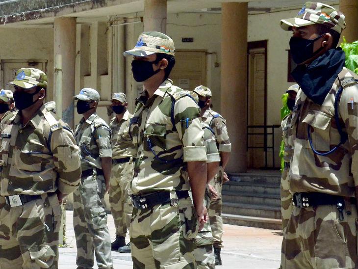 मुंबई में कोरोना संक्रमण के मामले तेजी से बढ़ रहे हैं, ऐसे में कानून-व्यवस्था की स्थिति संभालने के लिए पुलिस के साथ सीआईएसएफ के जवानों को भी तैनात किया गया है।