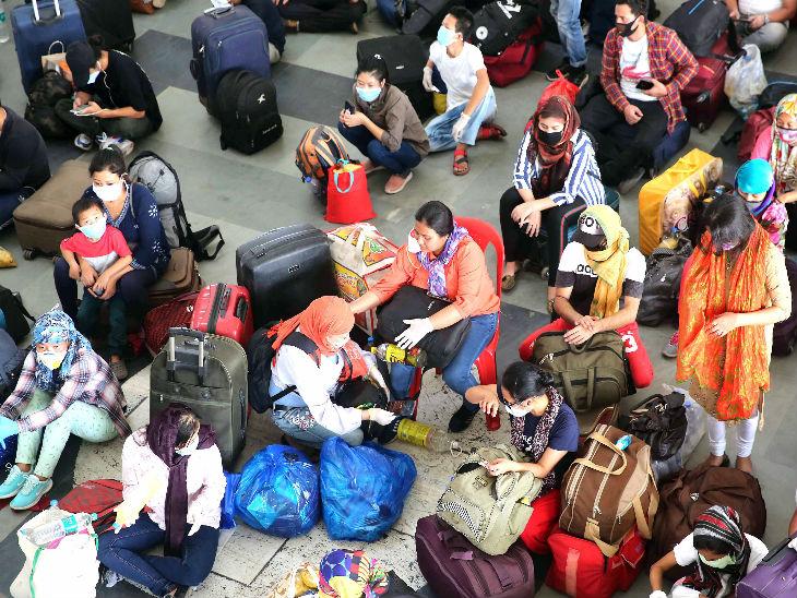 यह तस्वीर भोपाल के हबीबगंज स्टेशन की है। इसी स्टेशन से सभी प्रवासियों को उनके गृह राज्य भेजा जा रहा है। शुक्रवार को मणिपुर के लोग स्पेशल ट्रेन का इंतजार करते।