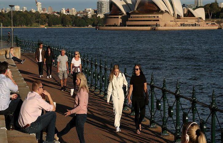 ऑस्ट्रेलिया के सिडनी स्थित ओेपेरा हाउस के पास लोग टहलते नजर आए। ऑस्ट्रेलिया सरकार ने लॉकडाउन के नियमों में राहत दी है।