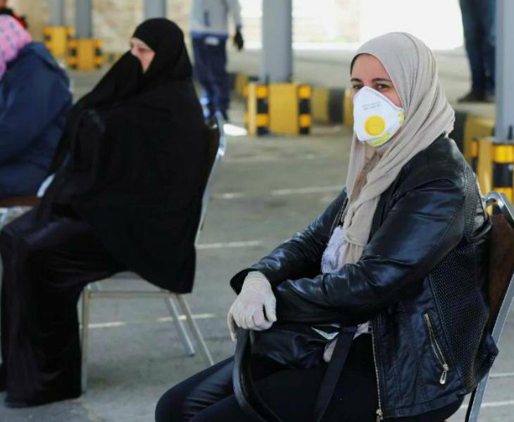 जॉर्डन के एक स्टेशन पर मौजूद महिलाएं। यहां एक रिसर्च में बताया गया है कि 13 मार्च को एक शादी समारोह से देश में संक्रमण फैला।