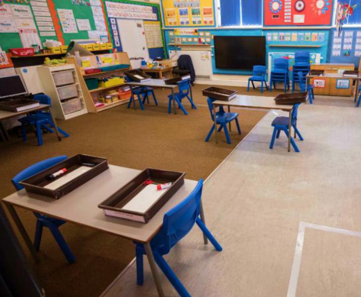 ब्रिटिश सरकार के पूर्व साइंस एडवाइजर डेविड किंग ने बोरिस जॉनसन सरकार को स्कूल फिलहाल न खोलने की सलाह दी है। उनके मुताबिक, ये कदम अभी खतरनाक हो सकता है।