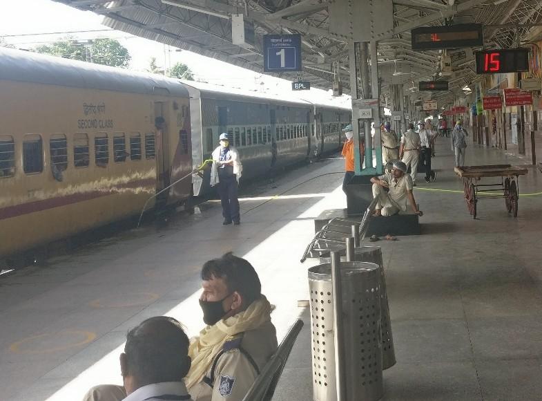 भोपाल रेलवे स्टेशन पर श्रमिक एक्सप्रेस ट्रेन आई। यहां श्रमिकों को दो गज की दूरी के साथ उतारा गया। एक जून से ट्रेनों का संचालन शुरू होगा।