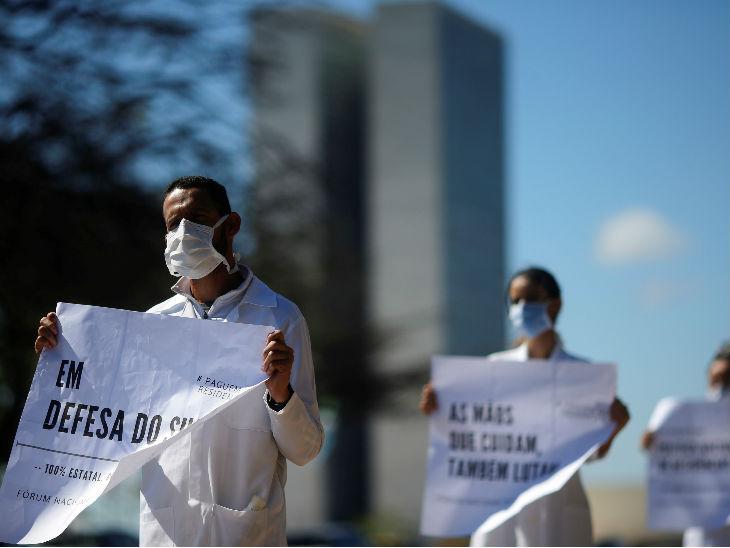 ब्राजील में कम सैलरी को लेकर प्रदर्शन करते स्वास्थ्यकर्मी। यहां गुरुवार को 18 हजार 508 नए मामले सामने आए हैं।