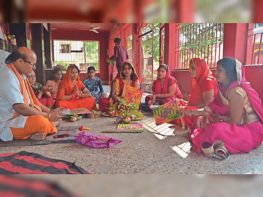चांदमारी स्थित दुर्गा मंदिर में वट सावित्री व्रत की कथा सुनती महिलाएं।