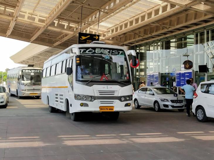 बसों के जरिए सभी यात्रियों को तीन अलग-अलग होटलों में लेकर जाया जाएगा।