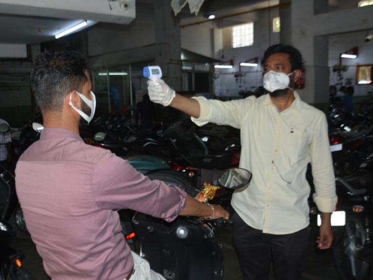 बांसवाड़ा में उदयपुर रोड स्थित बाइक के शोरूम में लोगों को टेंप्रेचर चेक कर एंट्री दी गई।