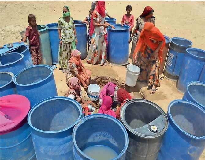 यह तस्वीर बाडमेर की है। यहां तापमान 45 डिग्री से ज्यादा पर पहुंच गया है। पानी की किल्लत होने लगी है। शुक्रवार को महिलाएं क्षतिग्रस्त पाइप लाइन से लीक होने वाले पानी को भरती दिखीं।