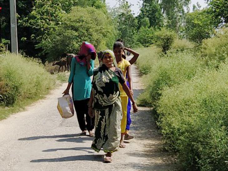 स्कूल में रुके परिजनों को खाना खिलाकर वापस घर जाती महिलाएं।