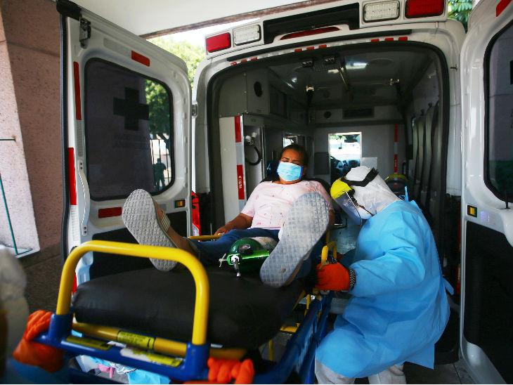 मैक्सिको सिटी में एक संदिग्ध मरीज को अस्पताल से जाते स्वास्थ्यकर्मी। देश में मरीजों की संख्या 59,567 हो गई है।