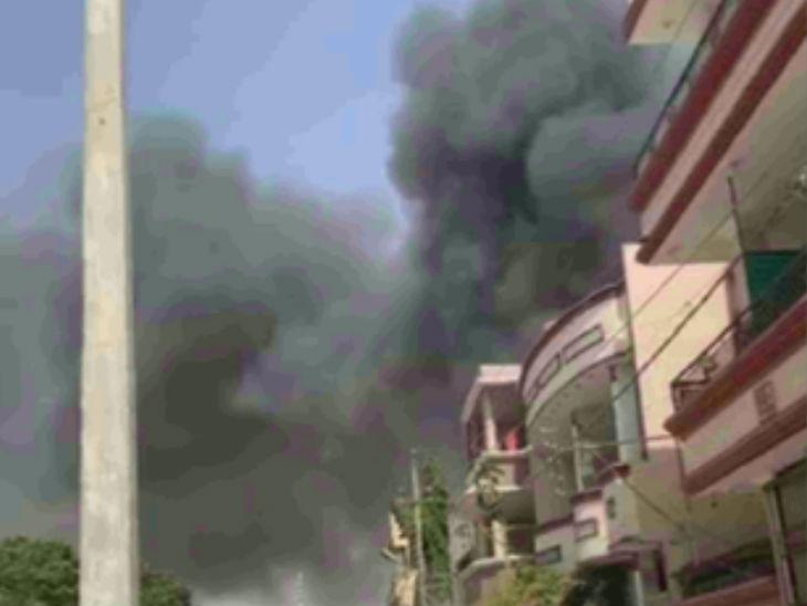 प्लेन क्रैश होने के बाद कराची की मॉडल कॉलोनी में कई घरों में आग लग गई।