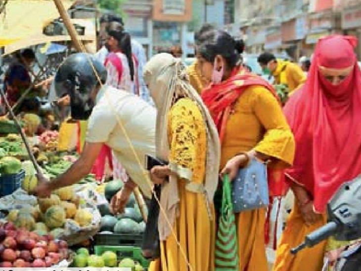 ये तस्वीर रायगढ़ की है। बाजार में भीड़ उमड़ रही और कोरोना संक्रमण बढ़ रहा है, लेकिन फल खरीदने पहुंचने इन लोगों ने सोशल डिस्टेंसिंग को भुला दिया है।