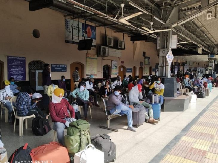 ये रायपुर रेलवे स्टेशन का प्लेटफार्म नंबर एक है। आज से रेलवे ने टिकट काउंटर भी खोल दिए हैं। रायपुर समेत मंडल और जोन के विभिन्न स्टेशनों में अब आरक्षण केंद्र से टिकट बुक कर सकेंगे। हालांकि, वहां सोशल डिस्टेंसिंग बनाए रखे जाने की बात कही गई है।