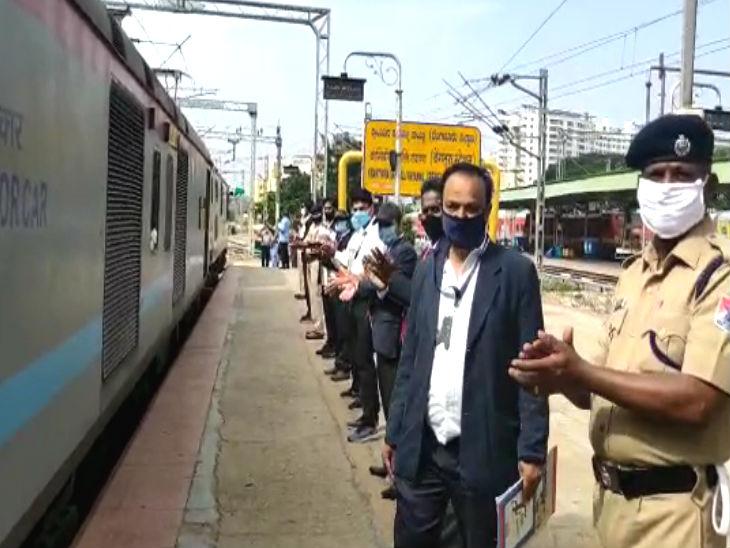 पहली इंटरस्टेट ट्रेन बेंगलुरु से बेलगाम के बीच चली। इसमें 332 यात्री सवार थे।