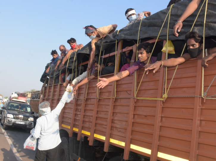 विदिशा में पलायन कर जा रहे लोगों की स्थानीय लोग मदद कर रहे हैं।