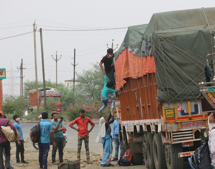 राजधानी भोपाल के मुबारकपुर के पास ट्रक में सवार होते मजदूर।