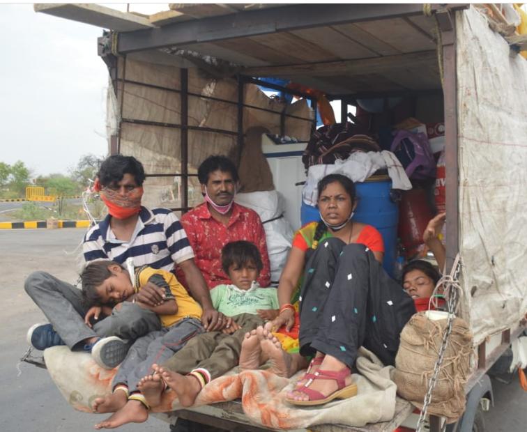 अपनी पूरी गृहस्थी का सामान लेकर बिहार जाता एक परिवार।