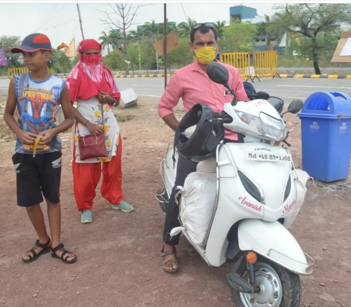 जब कोई साधन नहीं मिला तो एक परिवार एक्टिवा से ही मुंबई से भोपाल तक आ गया। इस परिवार को बैगूसराय(बिहार) जाना है।