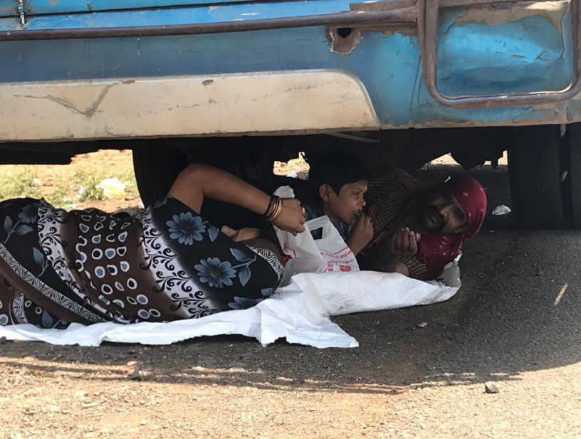 विदिशा में धूप तेज हुए तो एक परिवार ट्राली के नीचे आराम करने लगा।