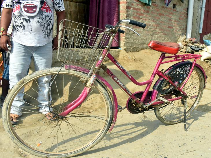 इस साइकिल पर पिता को बैठाकर दिल्ली से दरभंगा आई थीं ज्योति। पैडल्स के सहारे उनके पैरों ने 1200 किलोमीटर सफर तय किया। पिता पीछे बैठे थे। क्योंकि घुटने में फ्रेक्चर था।