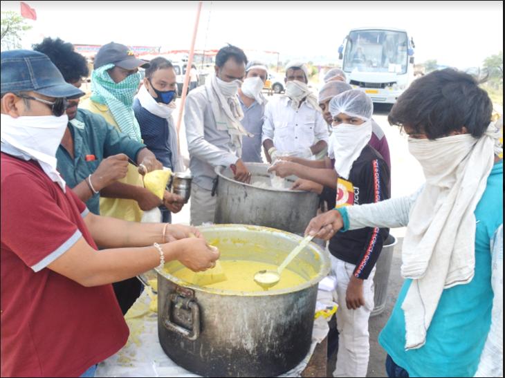 विदिशा में प्रवासी लोगों की मदद का सिलसिला जारी है। शनिवार सुबह से हाईवे पर लोगों को भोजन में कड़ी-चावल दिए जा रहे हैं। - फोटो- सीताराम मालवीय