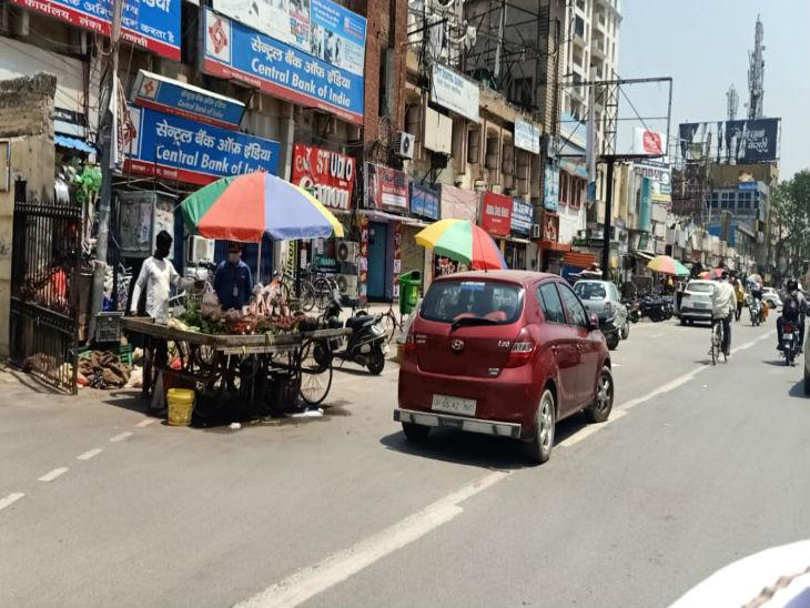 वाराणसी में लंका पर शनिार सुबह ही वाहनों की आवाजाही शुरू हो गई। लॉकडाउन में थोड़ी छूट मिलने के बाद अब सड़कों पर चहल-पहल दिखने लगी है।