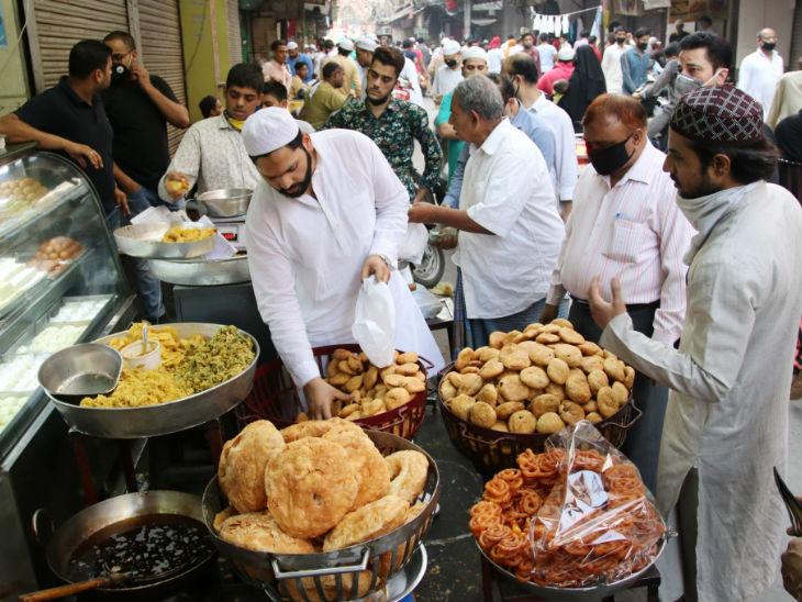 तस्वीर नई दिल्ली की है। यहां लॉकडाउन के बावजूद ईद से एक दिन पहले शनिवार को खरीदारी करने के लिए बाजार में लोगों की खासी भीड़ी रही।