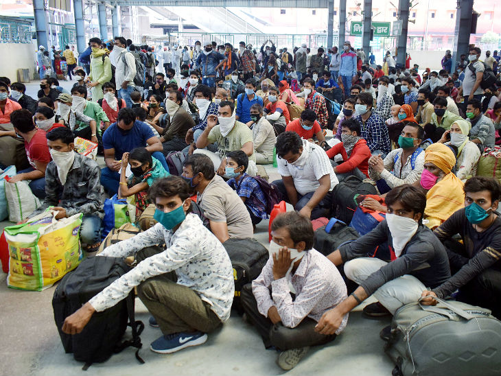 यह तस्वीर प्रयागराज स्टेशन की है। ये प्रवासी स्पेशल ट्रेन से ग्वालियर से यहां पहुंचे हैं और बस से अपने गांव जाने के लिए रजिस्ट्रेशन किए जाने का इंतजार कर रहे हैं।