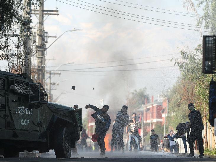 चिली में क्वारैंटाइन में रहने के दौरान सरकार से मदद न मिलने के खिलाफ लोगों ने प्रदर्शन किया।