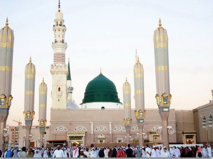 मदीना जहां कुरान शरीफ को अंतिम रूप दिया गया था। यहीं पर पैगंबर साहब ने 10 साल गुजारे थे। इस्लाम में मक्का-मदीना की यात्रा ही सबसे बड़ी यात्रा मानी जाती है।