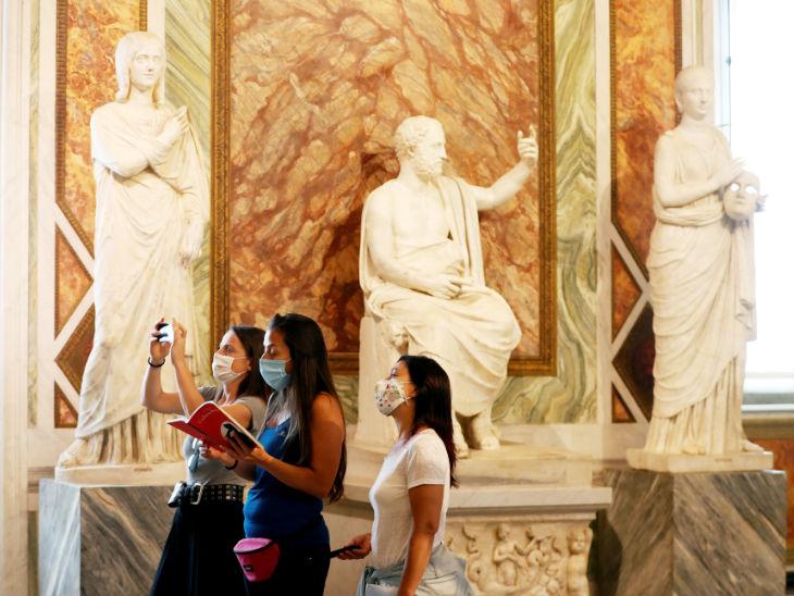 इटली में बोरगेज गैलरी को दोबारा लोगों की लिए खोल दिया गया है। हालांकि, लोगों को सोशल डिस्टेंसिंग और सैनिटाइजेशन का ध्यान रखने के लिए कहा गया है।