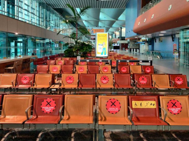 बेंगलुरु के केम्पेगौड़ा इंटरनेशनल एयरपोर्ट के वेटिंग रूम में हर दो सीट के बीच वाली सीट पर क्रॉस लगा दिया गया है, ताकि लोग उस पर न बैठें और सोशल डिस्टेंसिंग का पालन होता रहे।